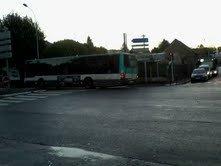 BUS 206 pour Noisy-RER  qui accélère jusqu'à l'arrêt de bus , en doublant le 207 qui est en arrêt au feu rouge (que vous pouvez aperçevoir à droite de la photo  .