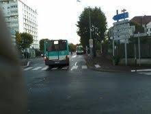 Voilà le bus 207 qui s'approche de l'arrêt de bus où le 206 est stationné (que pouvez voir devant ) mais le 207 va s'arrêter pour feu rouge .