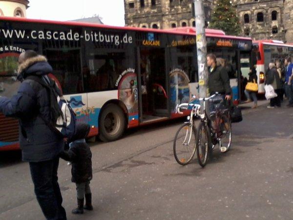 Un 3ème bus se rajoute à l'arrêt