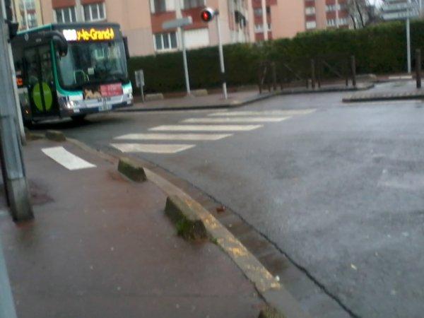 Le Man Lion's City STIF 9754 (prise hier) cette fois-ci sur le 206 pour Noisy RER