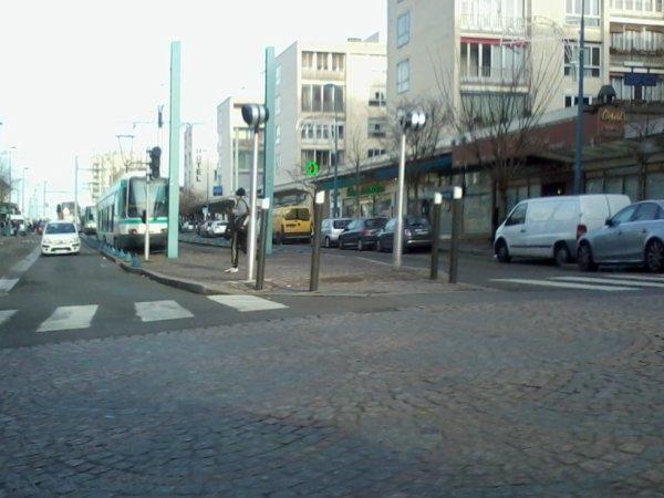 Encore le même tramway sauf que celui de droite est parti