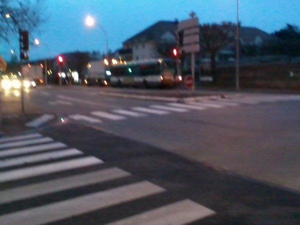 Bus 306 , en Agora Line n°8460  ( qui est en panne ) avec une dépanneuse de la RATP , se dirigeait vers Noisy-le-Grand-Mont-d'Est RER