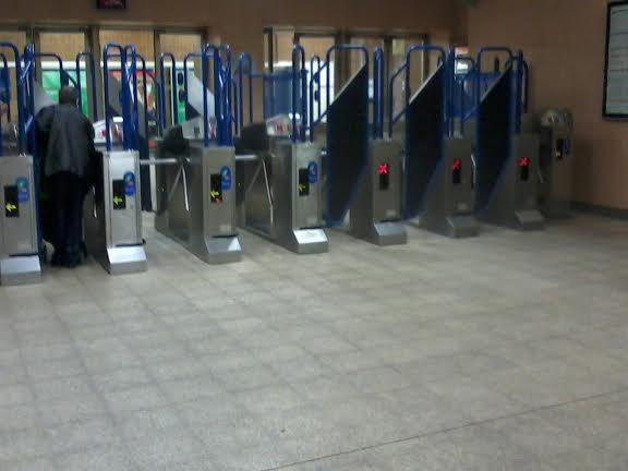 Les barrières dans le hall de VSM RER , pour accéder aux trains