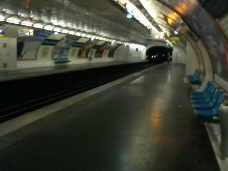"""La station """"Filles du Calvaire"""" direction Balard (M 8)"""