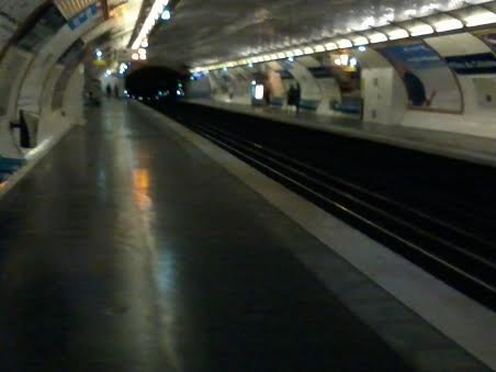 """La station """"Filles du Calvaire"""" direction Créteil (M 8)"""