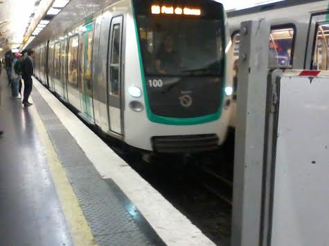 La rame MF01 n°100 à Croix-de-Chavaux direction Pte-de-Sèvres