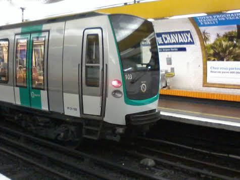 La rame MF01 n°103 à Croix-de-Chavaux direction Montreuil