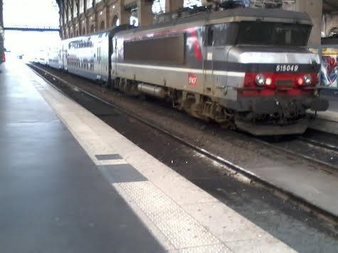 La locomotive 515049 attelée à une V2N à Paris-Nord