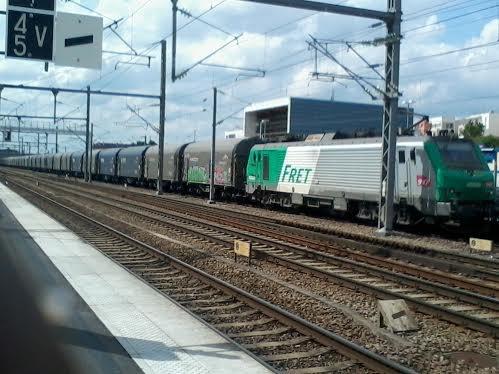 Un train de marchandises qui passe sans arrêt la gare de Vaires-Torcy