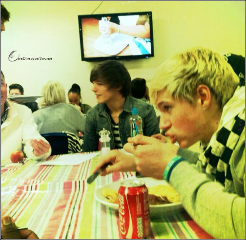 _ « Having something to eat with @niallofficial and @louis_tomlinson anyone fancy joining us? ;) »_