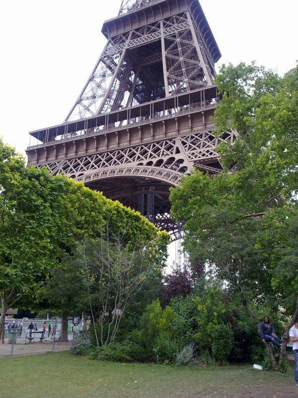 voila la Tour Eiffel de paris de prés .