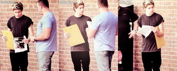 . 22 Aout : Niall devant un studio d'enregistrement à Londres.