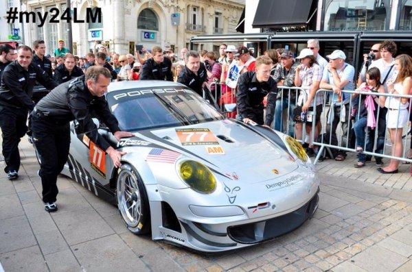Patrick Dempsey (le docteur Sheypard dans Grey's Anatomy) est sa Porsche 991 GT3 N•77 parade dans les rues du Mans pour les 24h du Mans