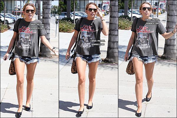 *  17/08/11 : 24.08.11 Miley, Liam ont été apperçu allant a New York Bagel a Los Angeles. Un peu avant, Miley a été apperçus avec Liam et une de ses amies, Jen allant acheter des sushis. TOP/FLOP ? *