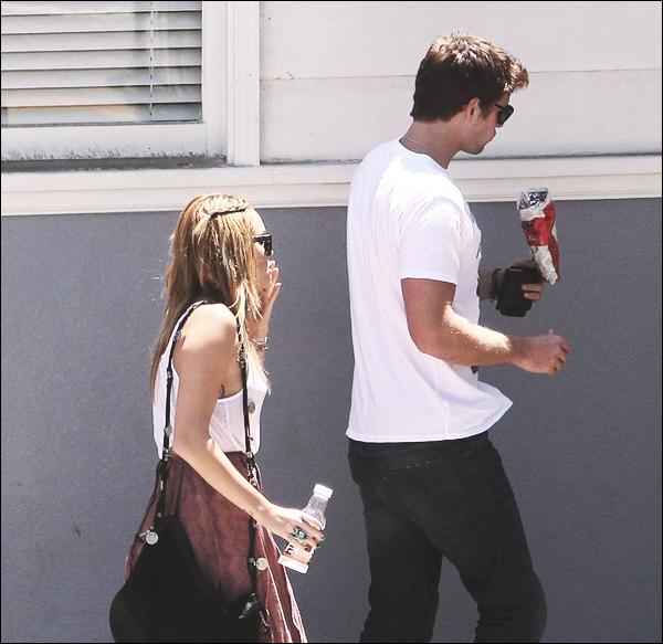 08.08.11 Miley avec son chéri Liam, étaient à Toluka Lake mangeant au SweetSalt Food Shop