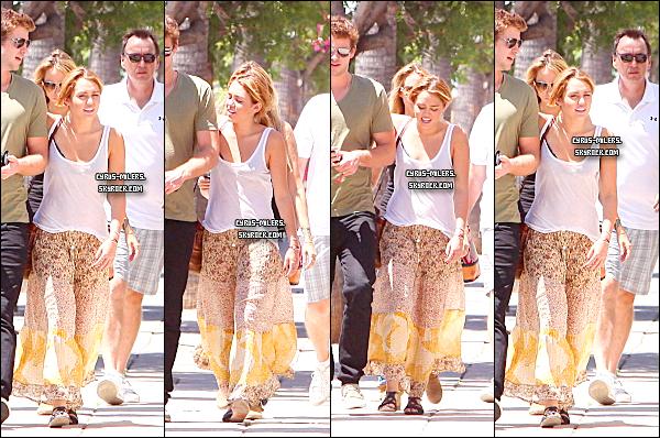 15.08.11 Miley, Liam et sa famille se promenant a Burbank.