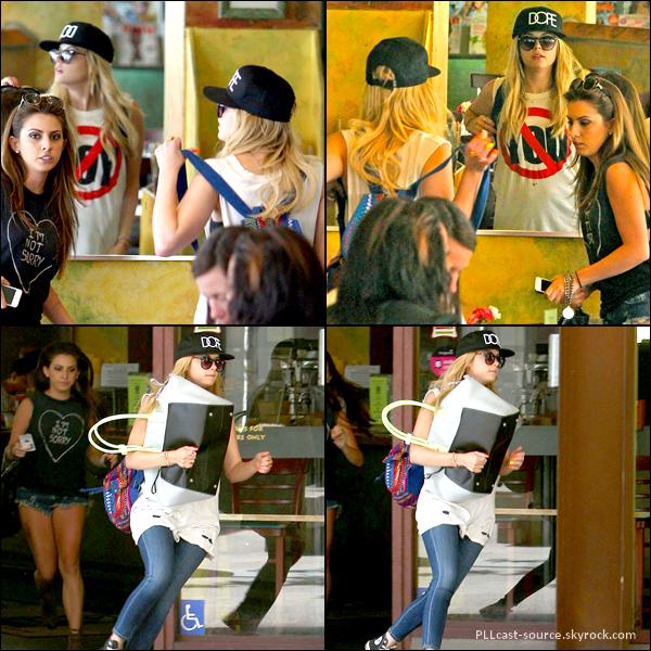 25/04/13 Ashley a été mangée avec une amie avant d'aller faire du shopping