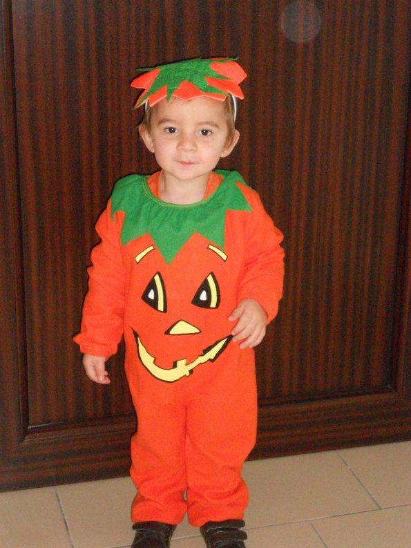 bebe qui est preparer pour faire halloween a l ecole