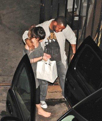 Selena quitte le restaurant Geisha à Los Angeles ( toujours )le jeudi 21 juillet ( elle est pied-nus? )