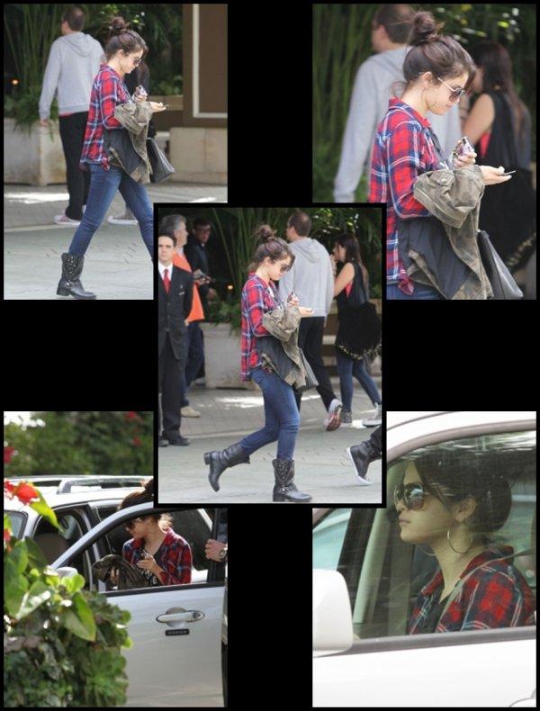 18/11/2012: Selena sortant de son hôtel Four Seasons vêtue pareille que la veille