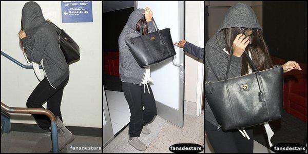 25/11/2012 : Selena arrivant à l'aéroport LAX.