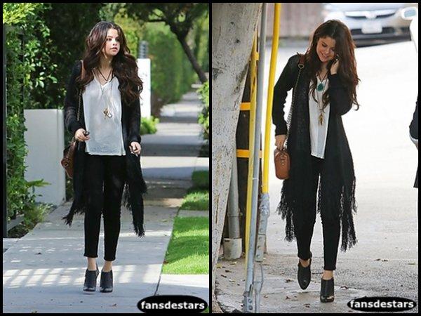 """13/12/2012 : Selena sortant du salon de beauté """"Nine Zeron One""""."""