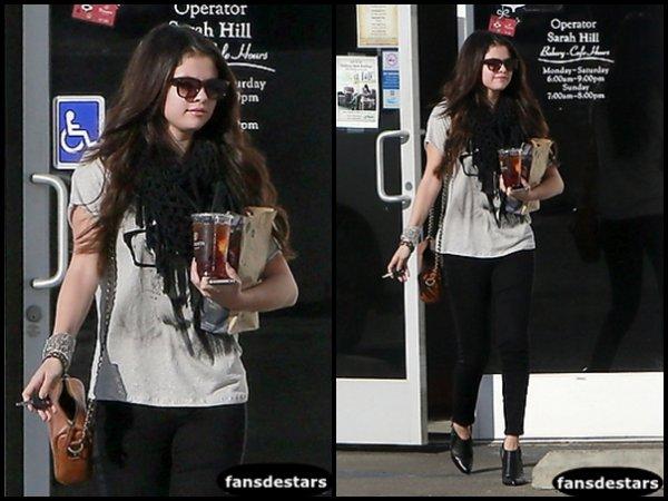 15/12/2012 : Selena sortant de chez ''Panera Bread'' dans le quartier d'Encino, en Californie.