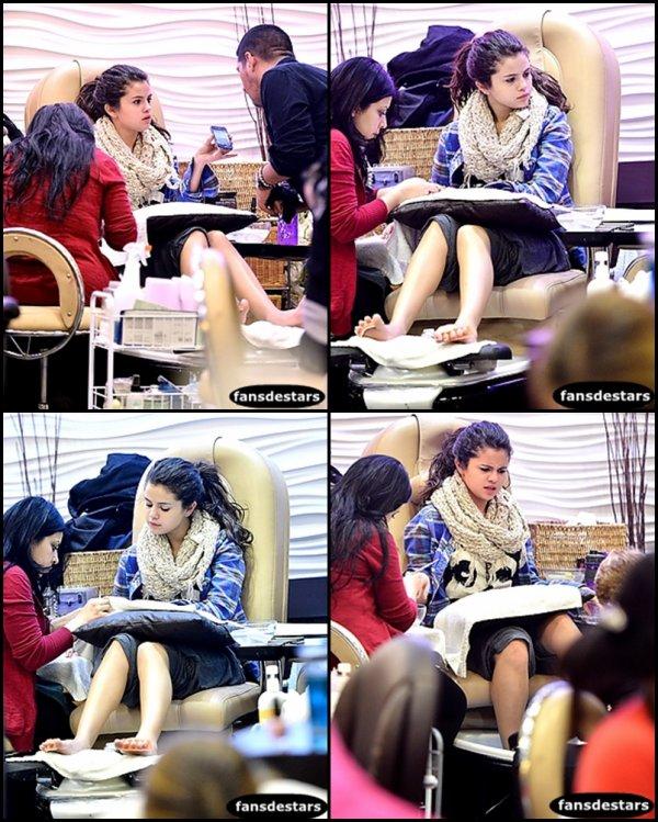 02/01/2013 : Selena a était aperçu dans un salon de manucure à Encino, CA
