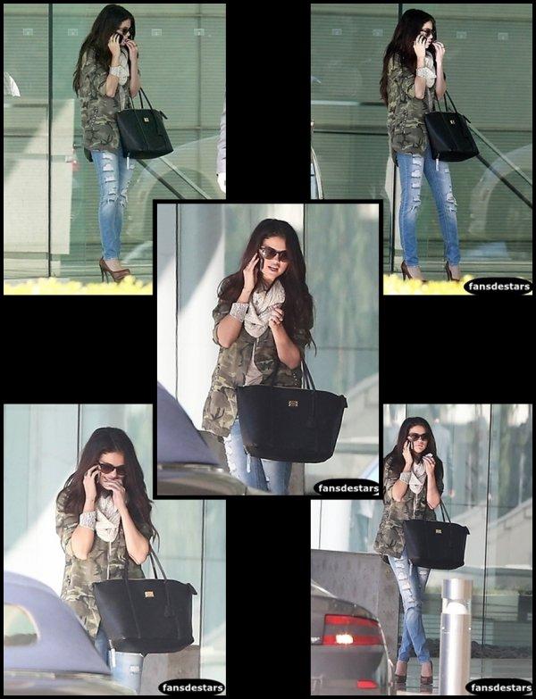08/01/2013 : Selena a était photgraphié lorsqu'elle se rendait chez CAA dans Century City pour un rendez-vous d'affaires.