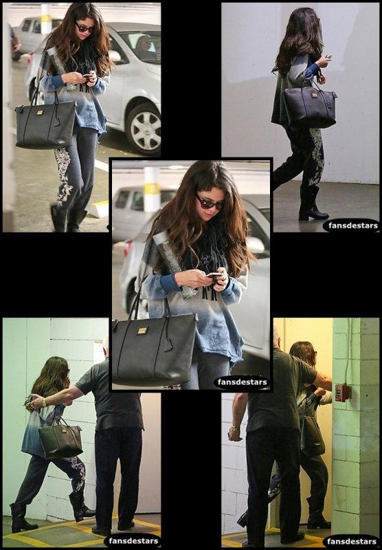 Le lendemain (14 janvier) Selena a était photographier alors qu'elle quittait la maison de Vanessa.