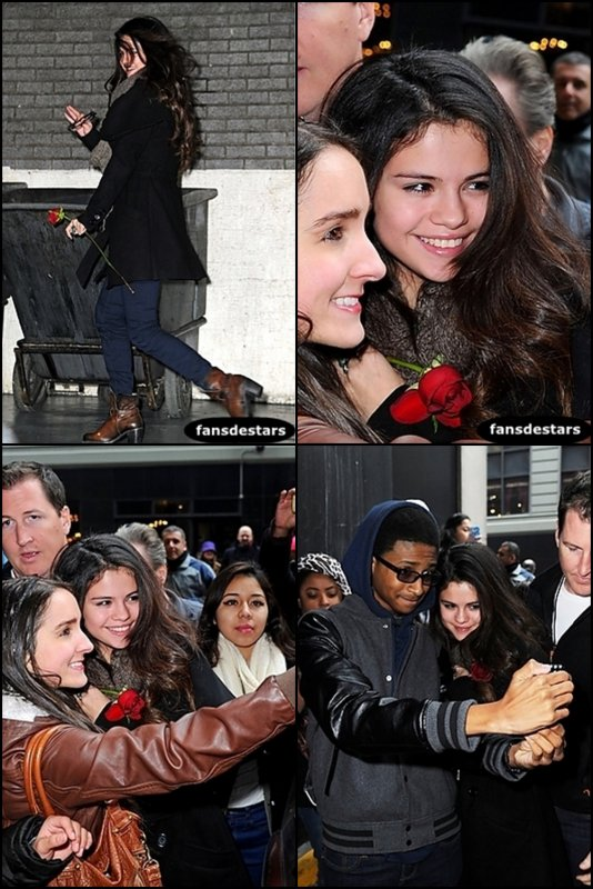 19/01/2013 : Selena prenant des photos avec ses fans a New York.