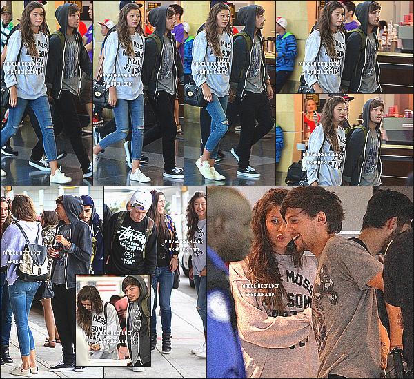27.08.13  Miss Eleanor Calder accompagnée du groupe One Direction a été vus à l'aéroport « JFK » de NYC, en direction de Londres. Elle est très jolie et naturelle, comme à son habitude. J'adore aussi son sweat-shirt ! Sa tenue était plutôt simple et avait l'air plutôt confortable pour son vol. top!