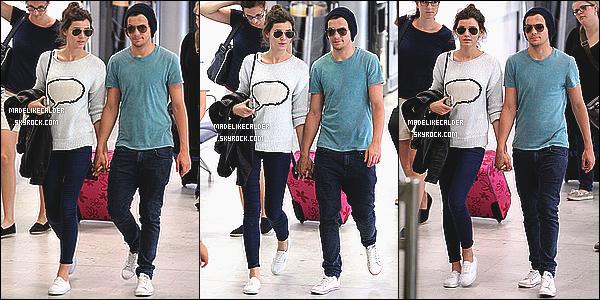 02/06/12 : Le membre du groupe 1D, Louis, avait été aperçut à l'aéroport de Nice, accompagner de sa copine Eleanor Calder - Fr. Coté tenue, Eleanor portait une tenue confortable pour son vol: un pull, un jeans bleu et des vans. je ne vois aucune faute de gout, donc top pour la tenue !
