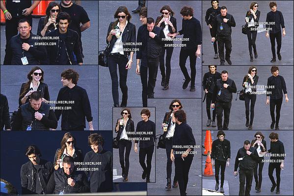 20/11/14 : Louis Tomlinson et sa copine Eleanor ont été photographiés arrivant à un studio pour l'émission «Jimmy Kimmel»  - LA. Enfin un candid!! J'adore les photos, Eleanor est magnifique je trouve! Côté tenue Eleanor est encore en noir et blanc. J'aime bien personnellement top et toi?