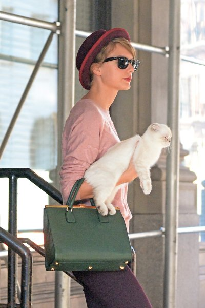 Candids - Taylor w/ Olivia quittant son appartement à NYC (23/09/14)