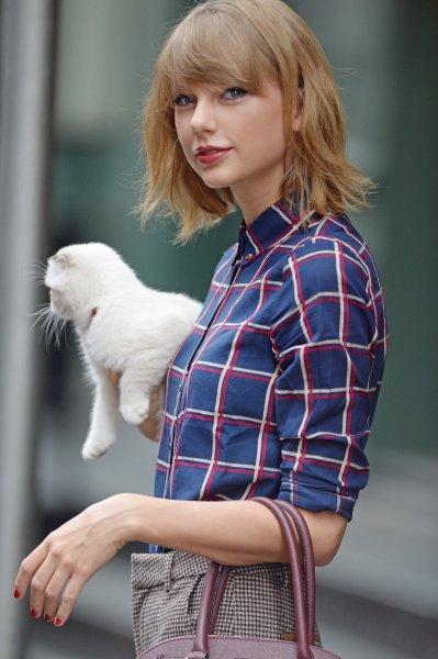 Taylor sortant w/ Olivia de chez elle à NYC, le 25 Octobre 2014