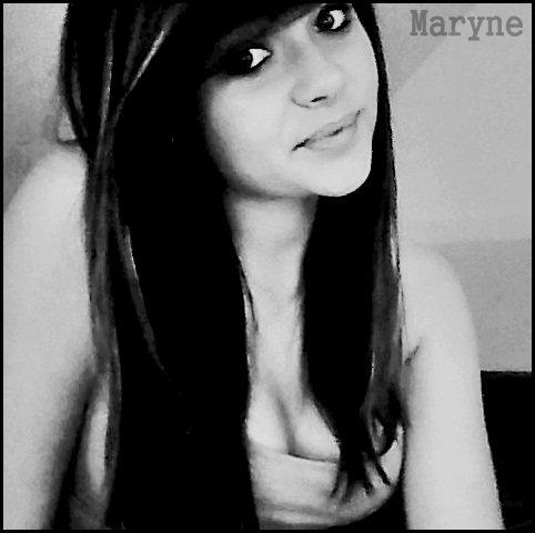 Cette jeune fille s'appelle Maryne. Elle est née le 16 juin, est célibataire et vit en Haute-Normandie.