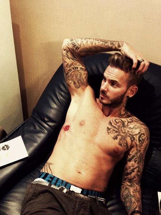 Matt tatouage fait juste avan un concert