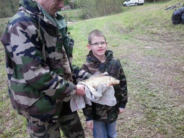 mon fils Nicolas et son premier poisson ,une petite commune prise au vers de terre