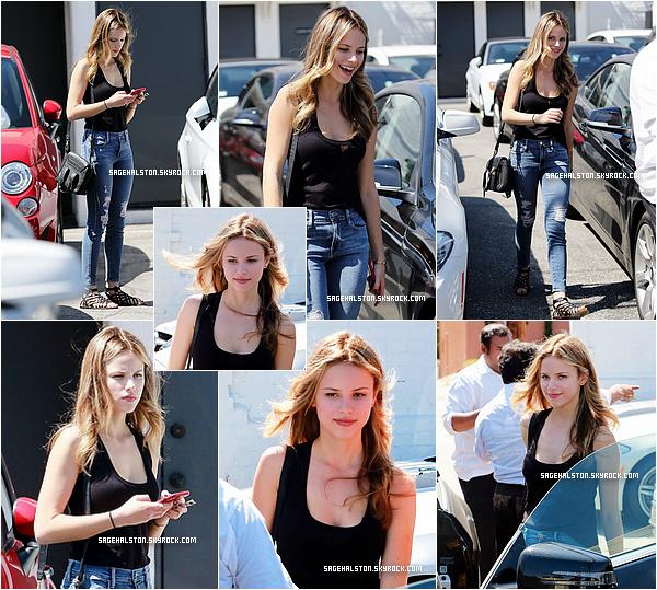 10.07.2015 •• Halston Sage a été vu quittant un salon de beauté à Beverly Hills, Californie. Cote tenue elle portait une tenue toute simple, avec un débardeur noir, un jean et des sandales plates. Je ne suis pas trop fan..
