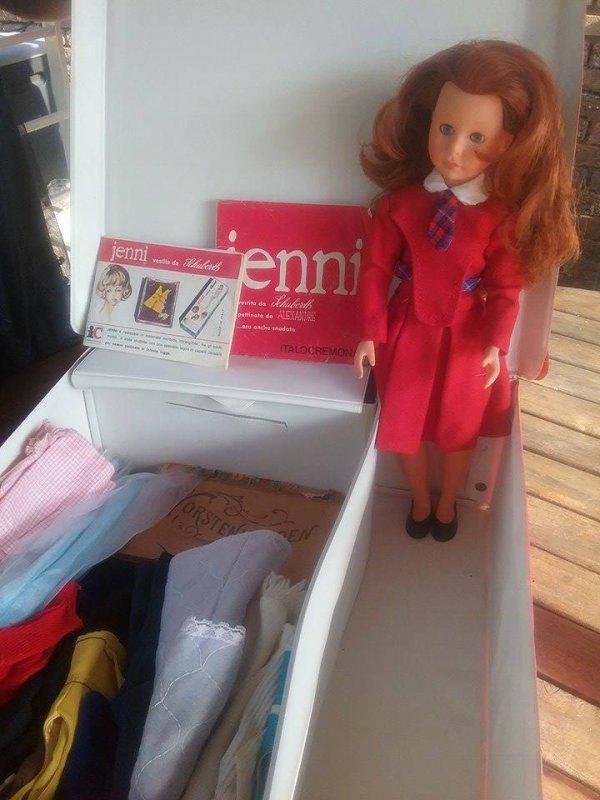 Jenni , une poupée mannequin italienne avec sa valise et son dressing