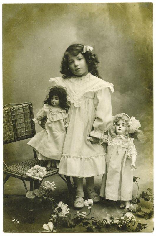 Petite fille et ses poupées