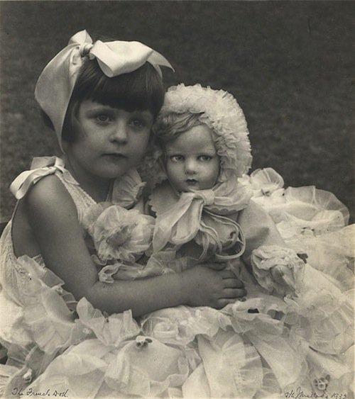 Petites filles et leurs poupées