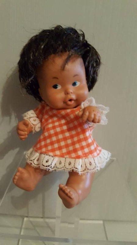 "Bébé ""Famosa"" avec sa petite robe griffée Famosa"