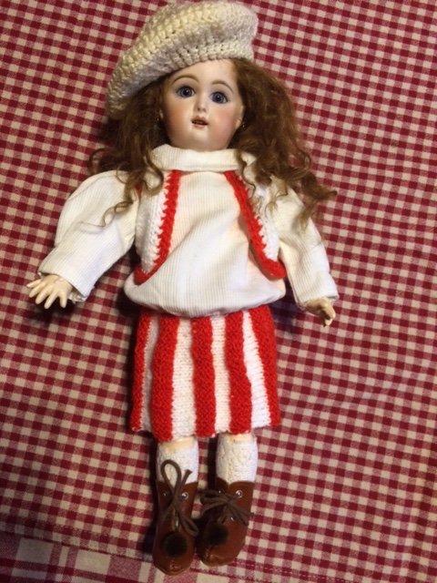Bleuette a reçu un joli ensemble de Bretagne ,jupe et gilet ainsi que le béret ! merci Françoise :)