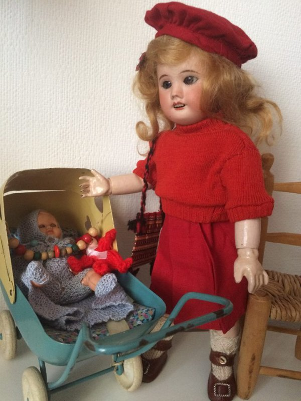 Bleuette joue avec ses poupées qu'elle a reçu de Bretagne (merci Françoise )