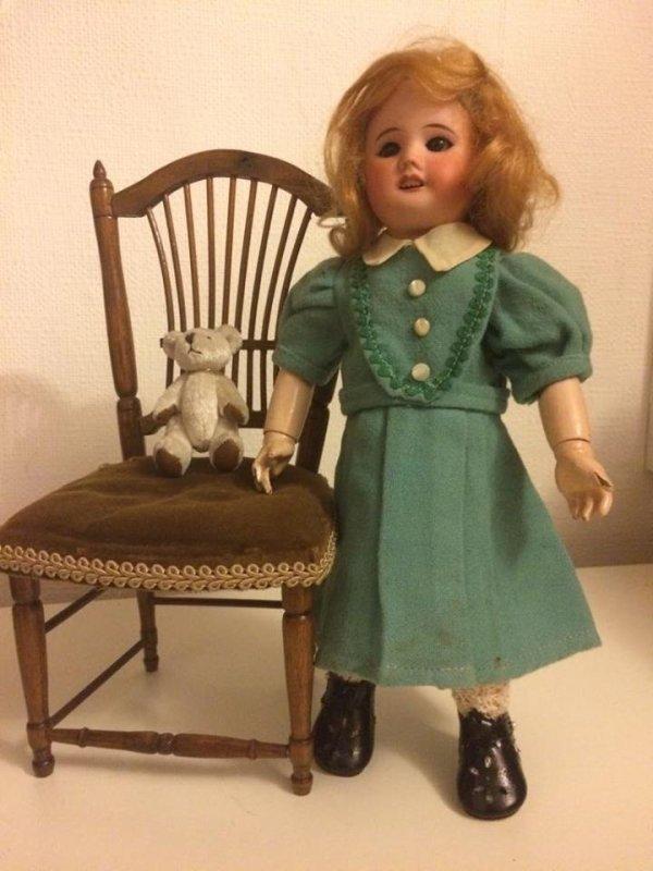 """Bleuette porte  """"Hors série"""" 1952/5  - robe en lainage à plastron entouré de croquet"""