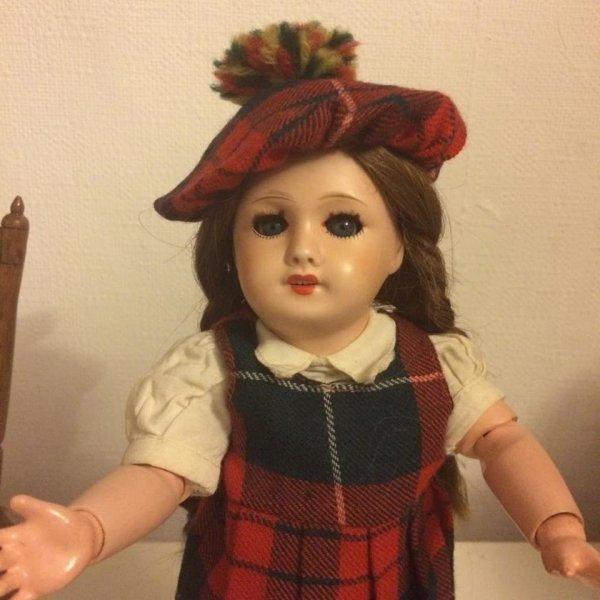 """Bleuette  porte un ensemble """"Scotland"""" comprenant chemisier blanc , robe chasuble et bonnet à pompons"""