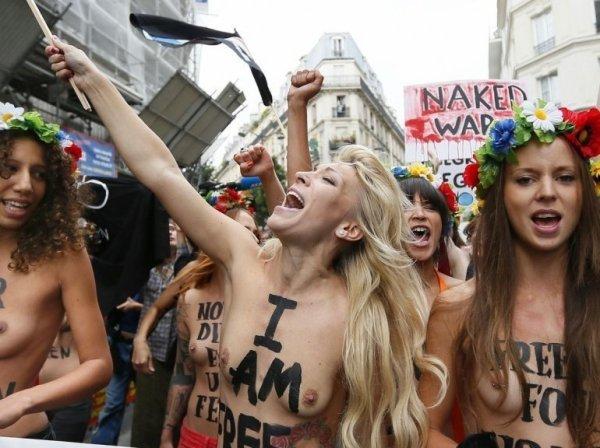 FEMEN : Les féministes aux seins nus investissent Paris*FAITE TOURNEE JE SUIS UN HOMME MAIS TRES FEMINISTE*MERCI