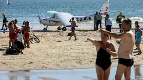 Portugal. Un avion atterrit d'urgence sur une plage bondée : 2 morts En savoir plus sur http://portail.free.fr/actualites/monde/7141584_20170803_portugal-un-avion-atterrit-d39urgence-sur-une-plage-bondee-2-morts.html#dgKQORuyHhHwMGoH.99